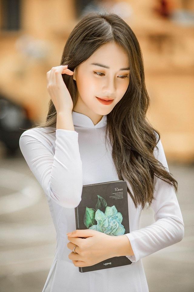 Trước khi tốt nghiệp đại học, Mai Phương đã thực hiện bộ ảnh áo dài trắng để kỷ niệm 4 năm gắn bó.