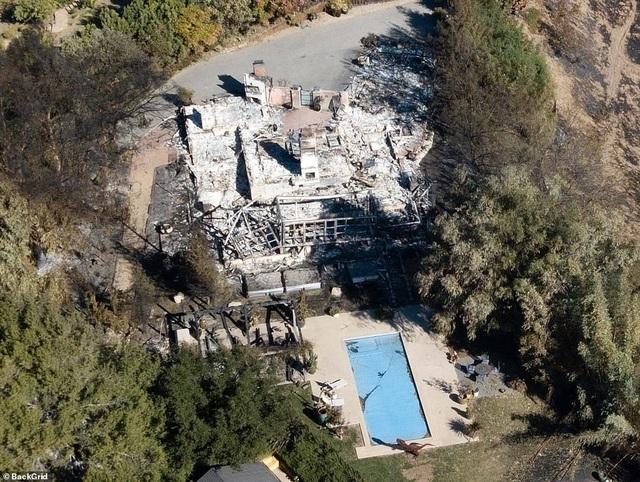 Nhà của ngôi sao ca nhạc Miley Cyrus và người yêu Liam Hemsworth bị cháy rụi hoàn toàn (Ảnh: BackGrid)