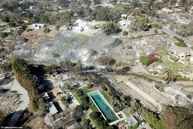 Biệt thự của danh ca Robin Thicke cháy thành bãi đất hoang (Ảnh: Splash News)
