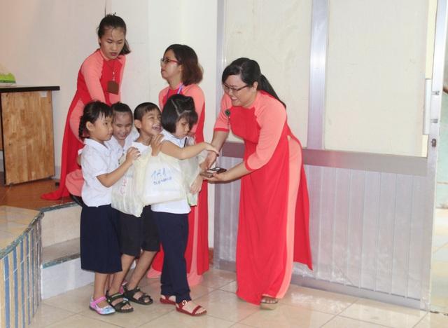 Hiện, cô Thanh là giáo viên dạy Địa lý cho học sinh khiếm thị và khiếm thị đa tật.