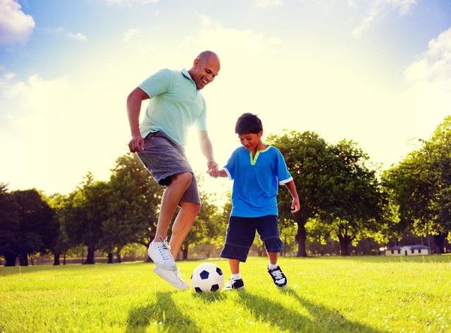 Tình yêu và sự quan tâm của người bố có tính quyết định đến việc phát triển và hoàn thiện nhân cách của một bé trai. Ảnh minh họa
