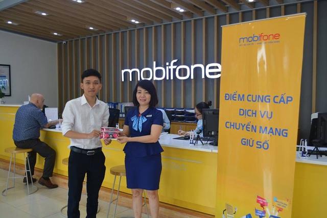Đại diện cửa hàng MobiFone Nguyễn Chí Thanh trao cặp vé AFF cho khách hàng may mắn