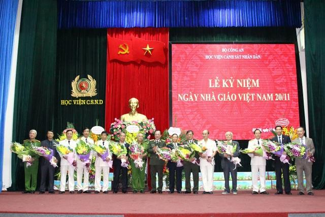 Thượng tướng Nguyễn Văn Thành, Thứ trưởng Bộ Công an tặng hoa cho các cán bộ, giảng viên đã và đang giữ các chức vụ công tác tại Học viện qua các thời kì.