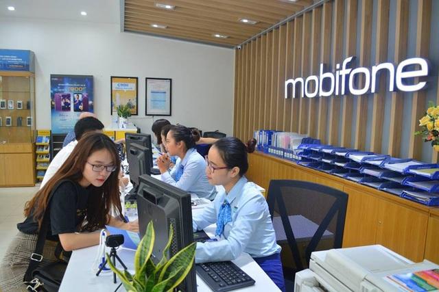 Tư vấn viên chia sẻ thông tin với khách hàng về dịch vụ chuyển mạng giữ số