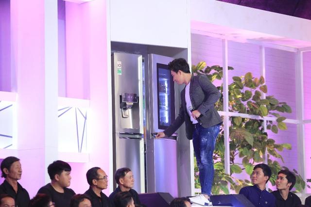 Tủ lạnh LG với màn hình cảm ứng ngay trên cánh cửa giúp bảo quản đồ ăn luôn tươi ngon