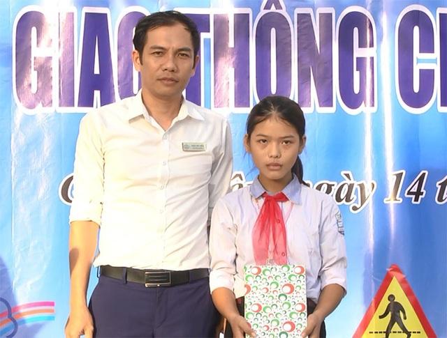 Nhà trường tặng quà động viên em Lâm.