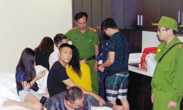 Lực lượng Công an kiểm tra hành chính bắt 7 đối tượng sử dụng ma túy đá tại nhà nghỉ (ảnh: Công an Hà Nam)