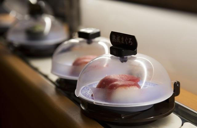 Ông Tanaka đã vay tiền để mở nhà hàng sushi băng chuyền với máy móc hiện đại. (Nguồn: Bloomberg)