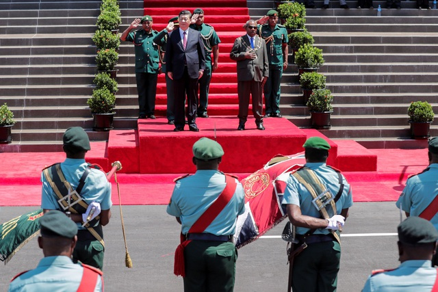 Toàn quyền Papua New Guinea Bob Dadae đón Chủ tịch Tập Cận Bình tại Port Moresby (Ảnh: Reuters)