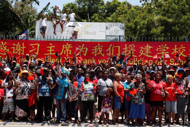 Người dân Papua New Guinea vẫy cờ chào đón Chủ tịch Tập Cận Bình tại thủ đô Port Moresby (Ảnh: Reuters)