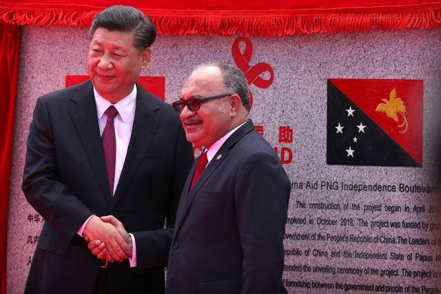 Thủ tướng Papua New Guinea Peter ONeill bắt tay Chủ tịch Tập Cận Bình tại lễ khánh thành Đại lộ Độc lập do Trung Quốc tài trợ ở Port Moresby ngày 16/11. (Ảnh: Reuters)