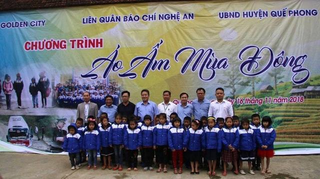 Hơn 1.000 áo ấm được trao đến các em học sinh ở xã Quang Phong, Cắm Muộn (huyện Quế Phong, Nghệ An).
