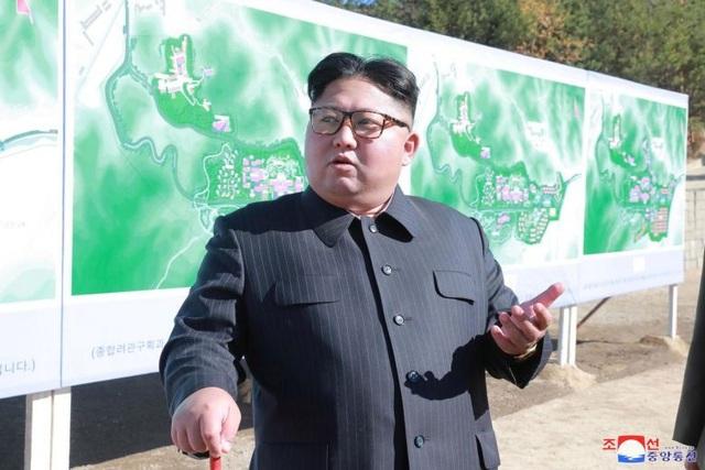 Nhà lãnh đạo Kim Jong-un thị sát một cơ sở xây dựng hồi tháng 10. (Ảnh: Reuters)