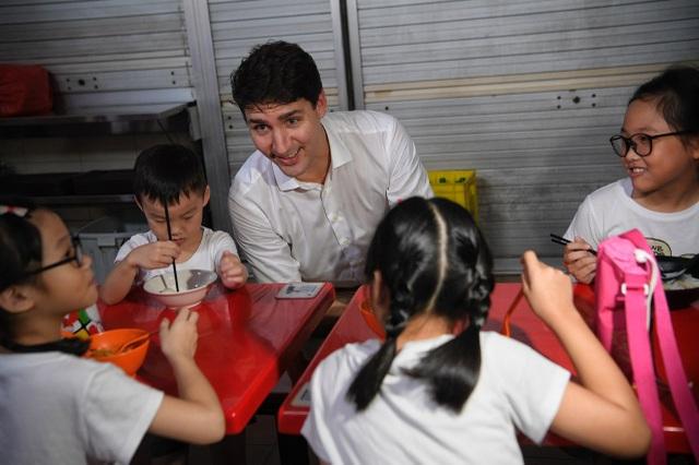 Thủ tướng Trudeau trò chuyện với các em nhỏ. (Ảnh: Straits Times)