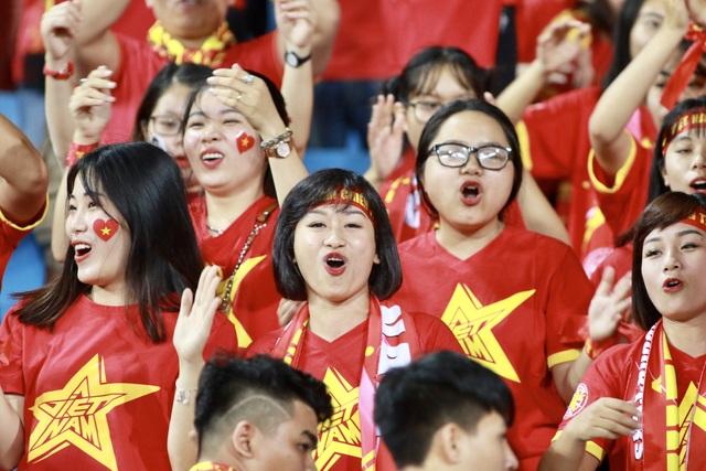 Nhiều cổ động viên đến sân là nữ, nhằm cổ vũ cho đoàn quân HLV Park Hang Seo - Ảnh: Gia Hưng