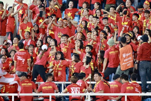 Cổ động viên Việt Nam có mặt trên sân Mỹ Đình từ rất sớm - Ảnh: Gia Hưng