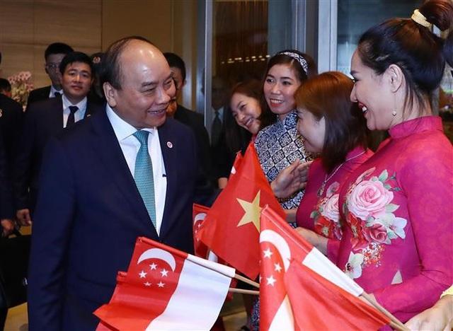 Cán bộ, nhân viên Đại sứ quán Việt Nam tại Singapore tiễn Thủ tướng Nguyễn Xuân Phúc. Ảnh: Thống Nhất – TTXVN