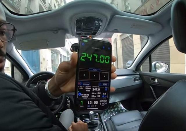 Du khách người Thái gặp phải taxi dù ở Paris