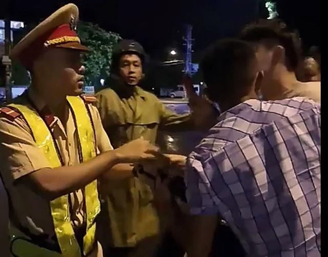 CSGT Bình Định bất ngờ té ngửa khi giằng co với một thanh niên.