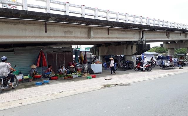 Gầm cầu Vĩnh Thuận, thị trấn Vĩnh Thuận là nơi nhiều mảnh đời khốn khó tá túc rồi trút hơi thở sau cùng đã được ông Ngô Thanh Liêm vận động giúp đỡ.