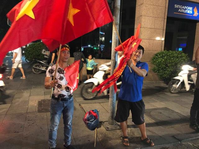 Dù không được đắt hàng như những lần trước nhưng một số người bán vẫn tỏ ra rất vui vì tuyển Việt Nam chiến thắng. (Ảnh: Hồng Vân)