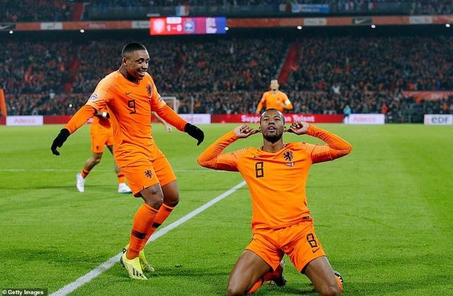 Wijnaldum ăn mừng với bàn mở tỉ số ở cuối hiệp 1