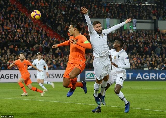 Các cầu thủ Pháp (áo trắng) thi đấu mờ nhạt trên sân Hà Lan