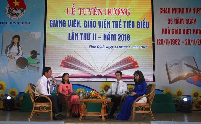 Cô Mai Thị Phước và thầy Trần Hữu Huy (ngồi ghế phía sau) giao lưu cùng học sinh, sinh viên trong lễ tuyên dương giáo viên, giảng viên trẻ tiêu biểu tỉnh Bình Định lần 2 năm 2018.