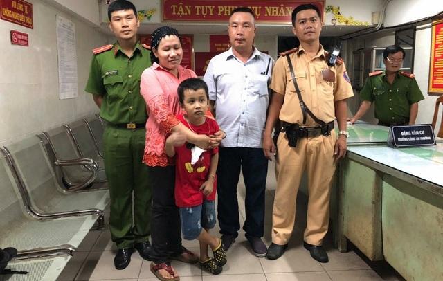 CSGT Bến Thành cùng mẹ con bé trai 7 tuổi đi lạc