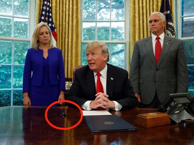 Khác với người tiền nhiệm thường đặt nhiều đồ vật lên bàn làm việc ở phòng Bầu Dục, ông Trump để rất ít đồ vật trên bàn và cây bút dạ Sharpie là một trong những vật dụng hiếm hoi trong số đó (Ảnh: Reuters)