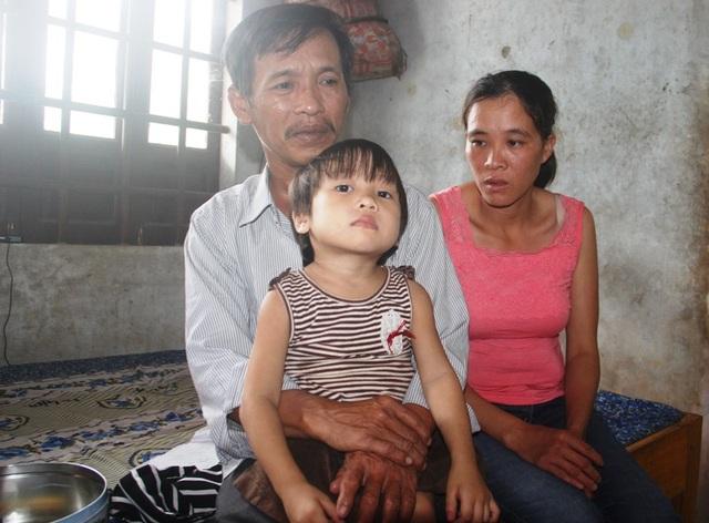 Hoàn cảnh gia đình quá khó khăn, dù thương con nhưng vợ chồng anh Linh cũng chưa có cách nào để cứu con.