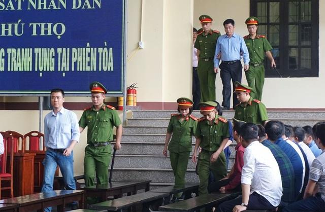 Dẫn giải bị cáo Phan Sào Nam (đi trước) và Nguyễn Văn Dương (đi sau) vào phòng xử án chiều 17/11.