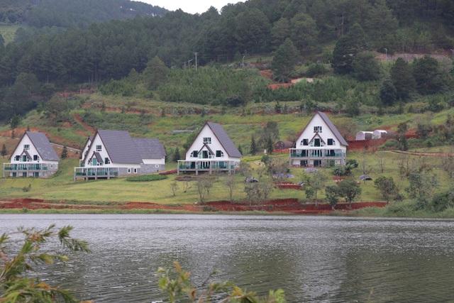 19 căn nhà gỗ đặt sát mép hồ Tuyền Lâm đã được chủ đầu tư di dời