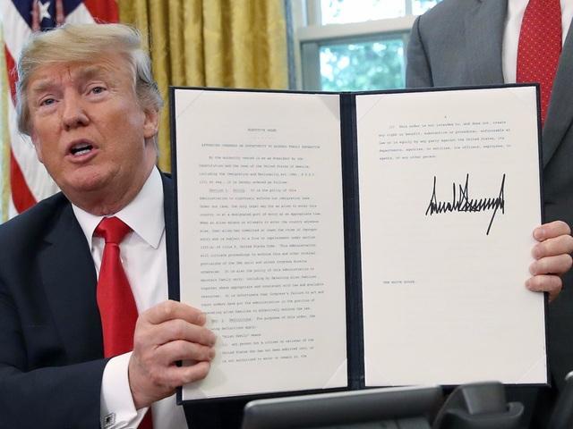Nhờ cây bút kích thước lớn và mực đậm, chữ ký như những tòa nhà chọc trời của ông Trump trở nên rất nổi bật trong các văn bản (Ảnh: BI)