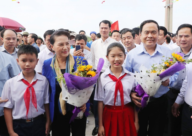 Chủ tịch Quốc hội Nguyễn Thị Kim Ngân và Chủ tịch Ủy ban Trung ương MTTQ Việt Nam Trần Thanh Mẫn với nhân dân thôn Nam Ô Trình