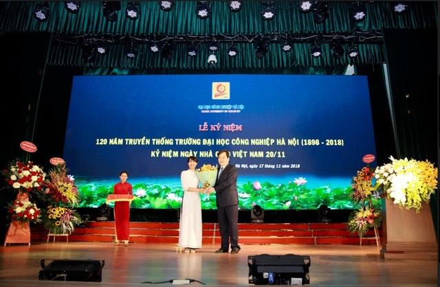 Sinh viên tặng hoa chúc mừng nhà trường nhân lễ kỷ niệm 120 năm và ngày nhà giáo Việt Nam.