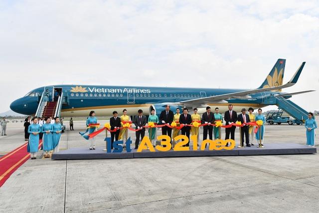 Các đại biểu thực hiện nghi lễ cắt băng chào mừng tàu bay A321neo