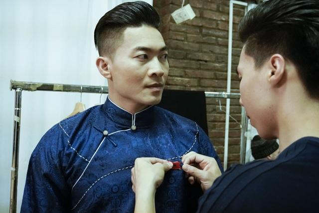 Quốc Nghiệp giúp anh trai cài biểu tượng quốc kỳ Việt Nam lên tà áo dài truyền thống.