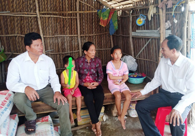 Thầy Hồ Văn Xuân (ngồi bìa phải) - chủ nhiệm lớp 6, là một giáo viên nhiều năm liền bỏ tiền túi mua thẻ bảo hiểm y tế cho các học sinh thuộc diện khó khăn.