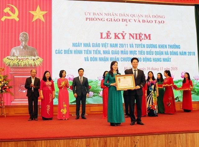 Lãnh đạo phòng GD&ĐT quận Hà Đông đón nhận Huân chương lao động hạng Nhất