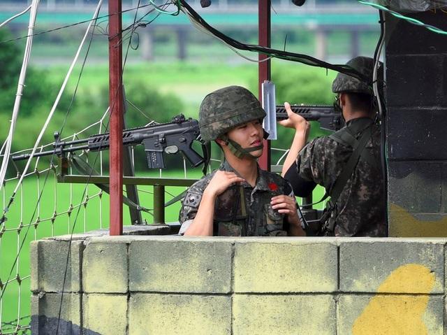 Lính Hàn Quốc đứng ở trạm gác biên giới với Triều Tiên. (Ảnh: AFP)