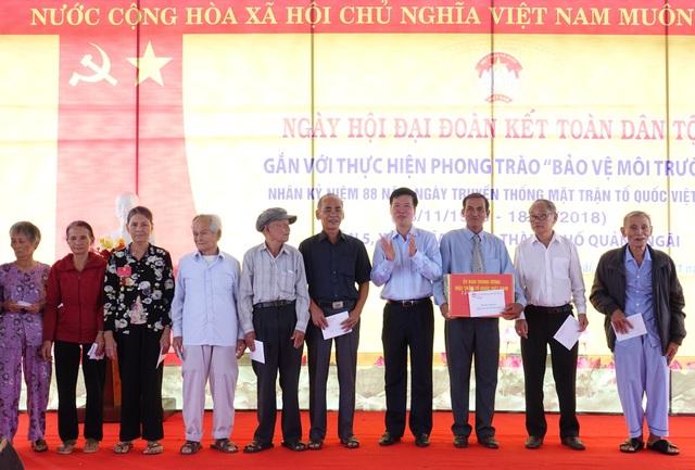 Trưởng Ban Tuyên giáo Trung ương Võ Văn Thưởng tặng quà cho Ban công tác Mặt trận và 10 hộ gia đình chính sách tiêu biểu.