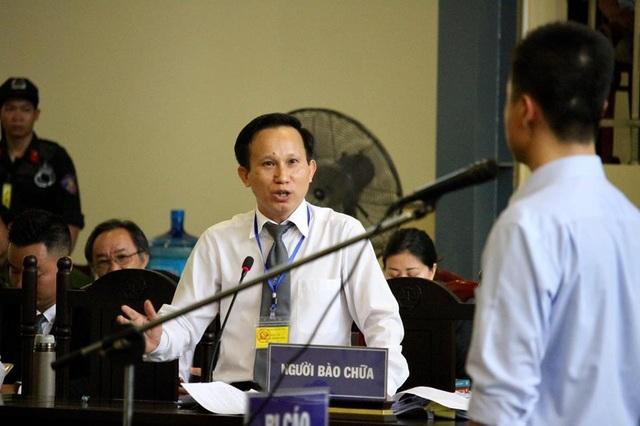 Luật sư Hướng hỏi bị cáo Phan Sào Nam.