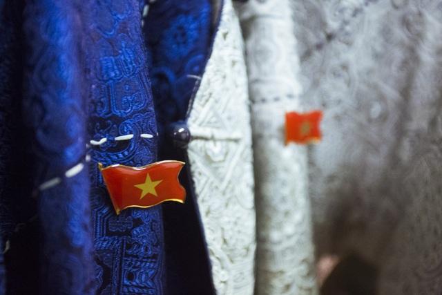 Anh em hoàng tử xiếc chọn tà áo dài có gắn biểu tượng quốc kỳ Việt Nam để xuất hiện trước ống kính.
