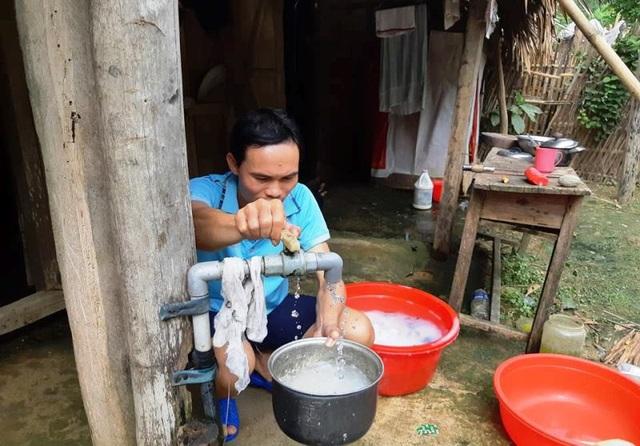 Cuộc sống của thầy cô, học sinh bị ảnh hưởng nặng nề do nguồn nước không ổn định.