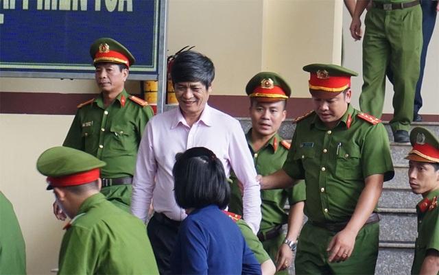 Bị cáo Phan Văn Vĩnh (ảnh trên) và Nguyễn Thanh Hóa vào phòng xử án chiều 17/11.