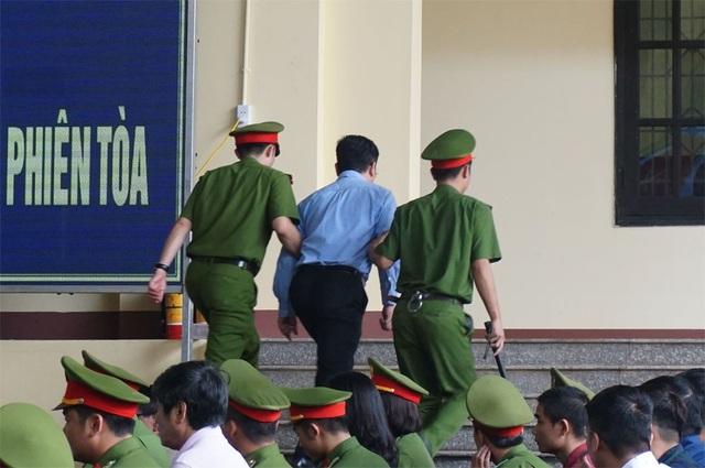 Cách ly bị cáo Nguyễn Văn Dương ra khỏi phòng xử án.