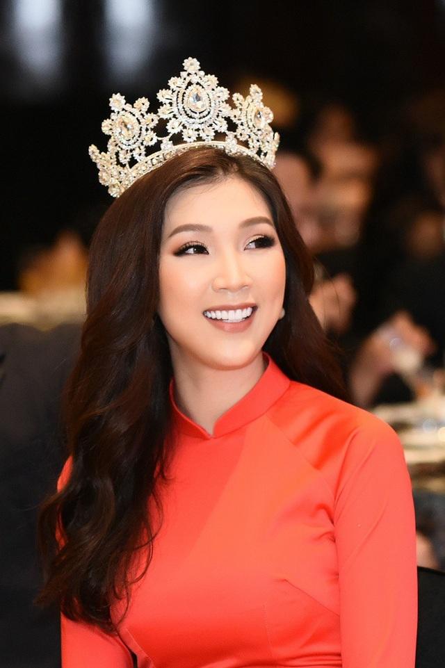Phí Thuỳ Linh đội vương miện mà cô chiến thắng tại cuộc thi Hoa hậu Áo dài 2018 vào tháng 5 tại Paris.