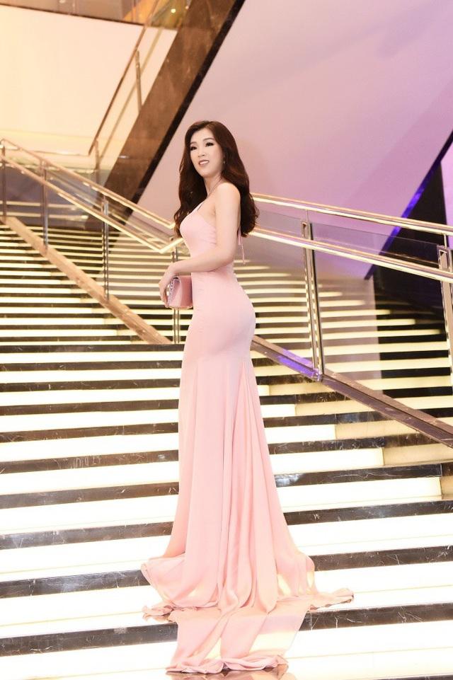 Đường cong cuốn hút của Hoa hậu Áo dài Phí Thuỳ Linh.