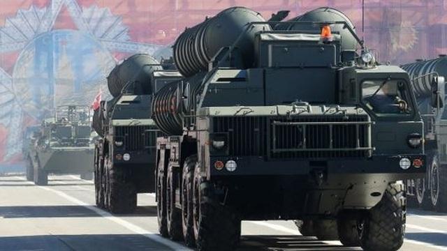 Hệ thống S-400 Triumf xuất hiện ở Quảng trường Cung điện ở TP St.Petersburg trong một buổi tập dượt duyệt binh. Ảnh: GETTY